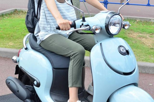 【任意保険】自動車保険のファミリーバイク特約の特徴や保険料を解説!